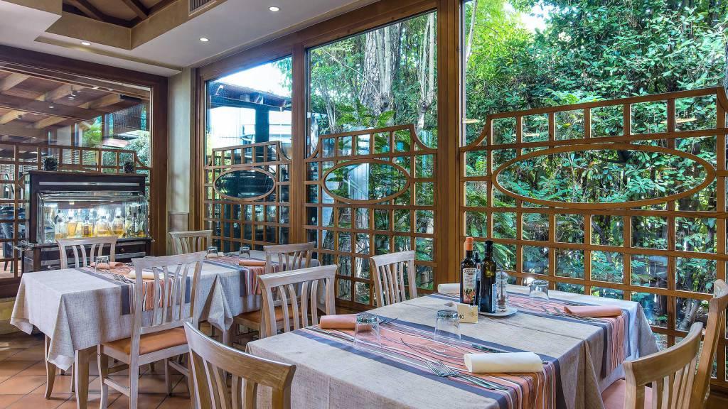 Ristorante-Pizzeria-Braceria-Pappa-Reale-Rome-outside-tables-3