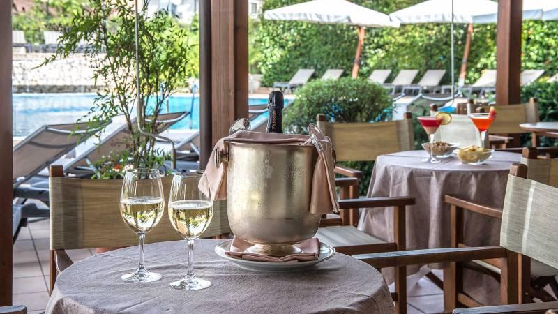Hotel-La-Giocca-Roma-swimming-pool-bar-champagne