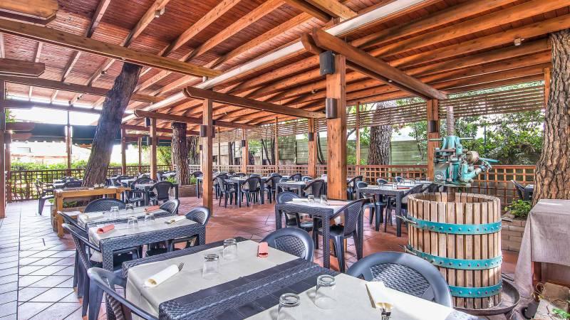 Ristorante-Pizzeria-Braceria-Pappa-Reale-Rome-outside-tables-2